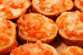 Gegrilde tomaten gevuld met roerei en kaas